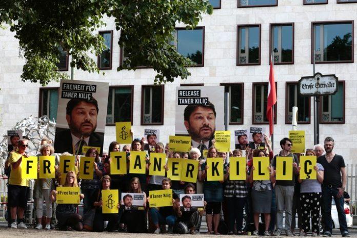 #FreeTaner: Solidaritätsaktion für türkischen Amnesty-Vorstand Taner Kilic in Berlin