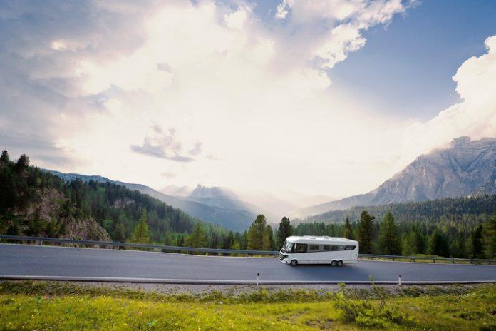 Mit dem Wohnmobil den Sommer genießen ADAC Stellplatzführer 2017 empfiehlt Stellplätze für Veranstaltungen Umfassendes Nachschlagewerk mit kostenloser ADAC CampCard