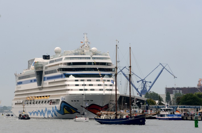 Schifffahrt, Kreuzfahrt, AIDAmar, Tourismus, #HanseSail, Bild,, Tourismus / Urlaub, AIDAdiva, Veranstaltung, Rostock