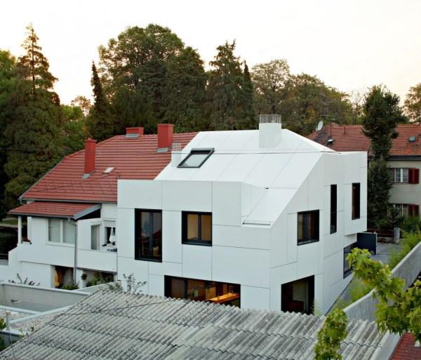 Petite maison mais avec une architecture assez moderne ...