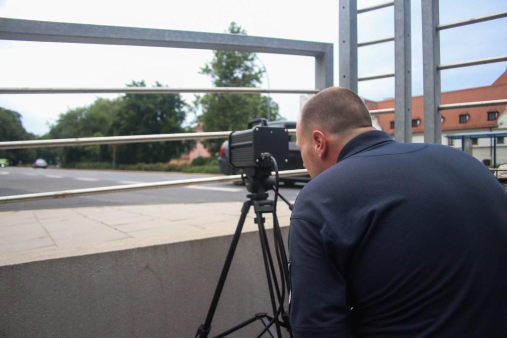 Ein Mitarbeiter des Zweckverbands beim Einrichten der Blitzanlage - Foto: Pressedienst