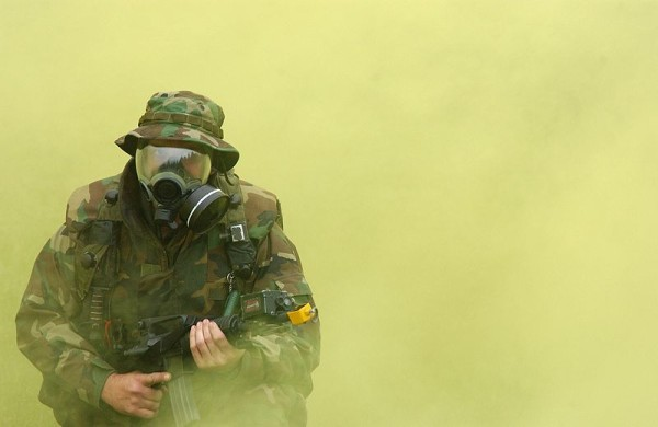 800px-US_Navy_gas_mask_excerise