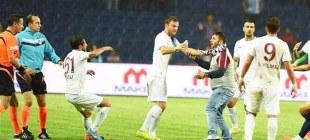 Trabzonspolu taraftar sahaya girdi!