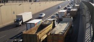 Kamyoncular yolu trafiğe kapattı!