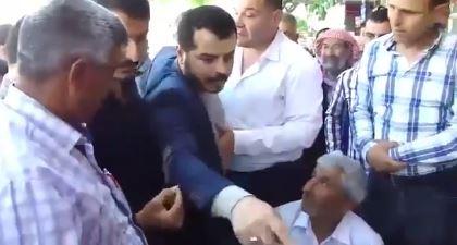Akçakale'de AKP İl Başkanı Yardımcısı'na büyük tepki, oyumuzu HDP'ye vereceğiz. AKP Şanlıurfa İl Başkan Yardımcısı Cuma Ağaç Akçakale'de zafer işareti yapınca ilçe gençleri tepki gösterdi. Son seçimlerde AKP oy veren Akçakale'liler hükümetin elektrik sorununa çözüm bulamamasından dolayı partiyle yollarını ayırmaya devam ediyor.