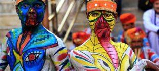 Rengarenk geçen Mewar Festivali