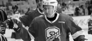 Putin, buz hokeyi oynarken yere kapaklandı