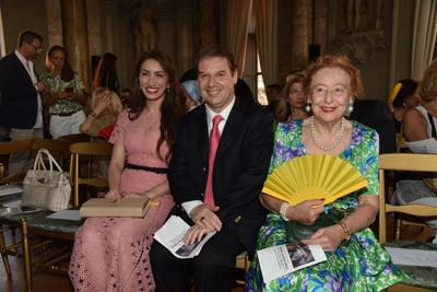 Il principe Guglielmo Giovanelli Marconi circondato dalla madre Elettra e dalla moglie Vittoria Ludovica Rubini (foto Fotogramma/Ipa)