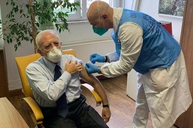 Vincenzo De Luca è stato vaccinato questa mattina all'ospedale Cotugno. L'iniziativa del governatore ha immediatamente suscitato polemiche.