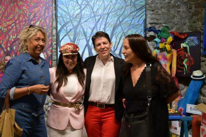 Emma Henriot Christelle Marchal et quelques visiteurs lors du vernissage à la Galerie d'Art Emma