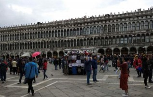 Asian entrepreneurs went to Venice to investigate safety and business setbacks 7