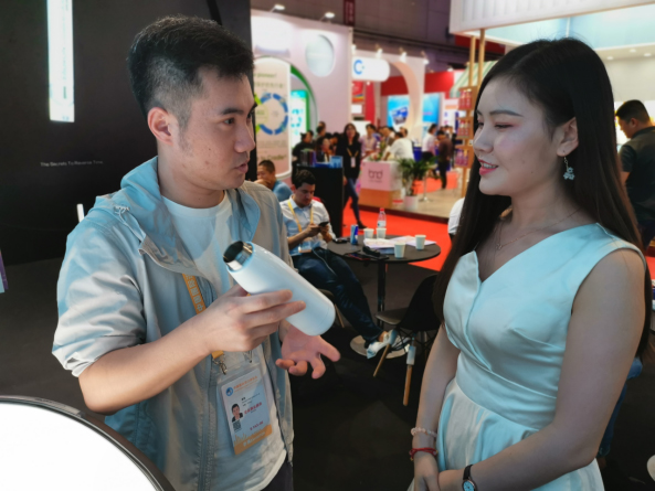 German JOHN HANCOCK Debuted at the Second China International Import Expo in Shanghai With Its Slimming Water Cup 4