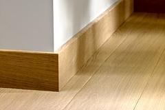 poser des plinthes en bois sur un mur. Black Bedroom Furniture Sets. Home Design Ideas