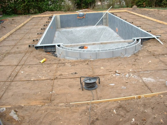 construire une piscine en coffrages modulaires. Black Bedroom Furniture Sets. Home Design Ideas