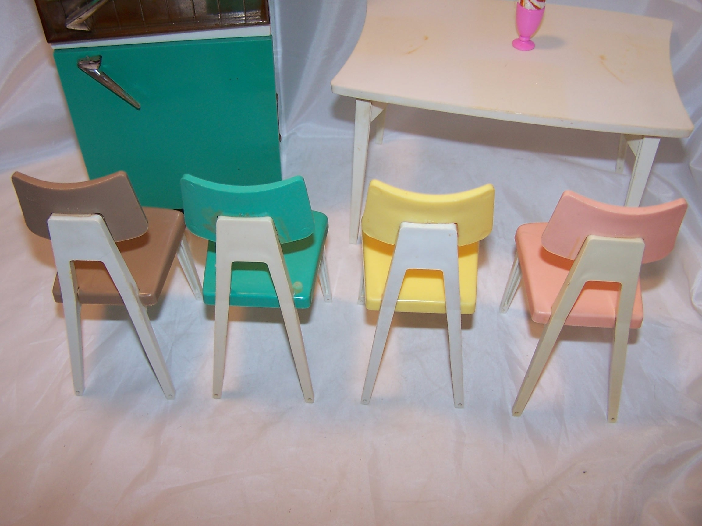 Deluxe Barbie Dream Kitchen Refrigerator Table And Chairs