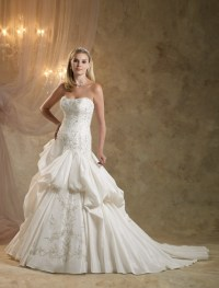 Looking for Your Dream Traditional Royal Wedding Dress ...
