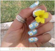 pretty daisy nail design