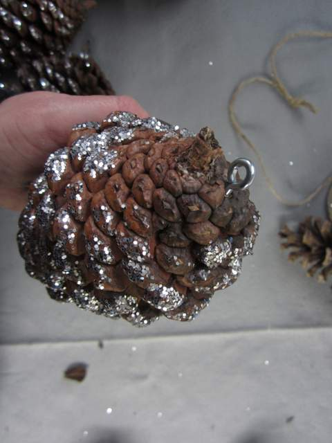 How to make a pine cone garland