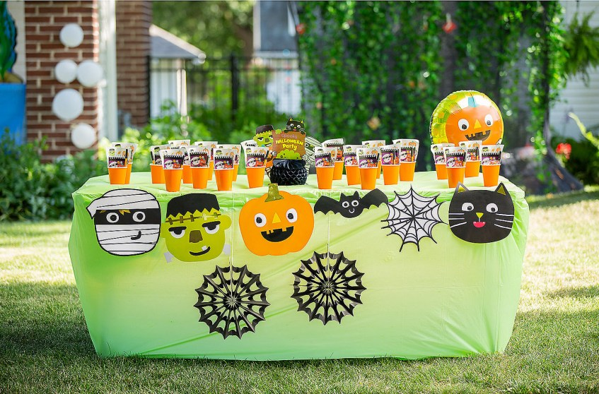 Easy trick or treat driveway table