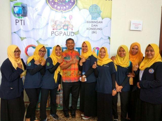 Mahasiswa Bersama Guru Besar IT UGM Prof Eko Indrajit