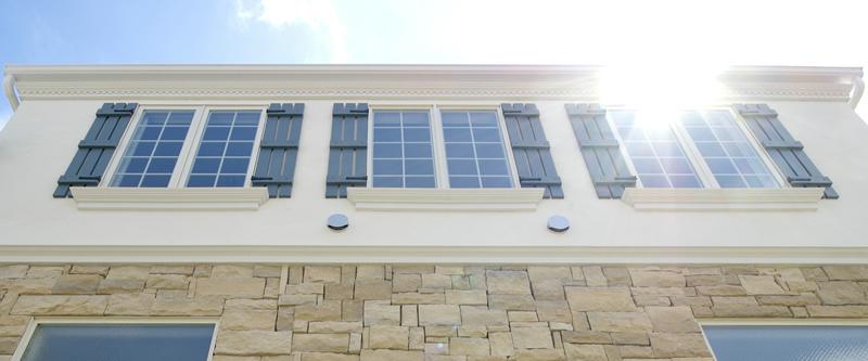 プリマ壱番館 鎧戸のある窓