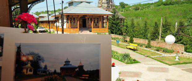 "Vedere din interiorul Manastirii Brazi - expozitie foto organizata in cadrul proiectului ""Traditie si spiritualitate panceana"""