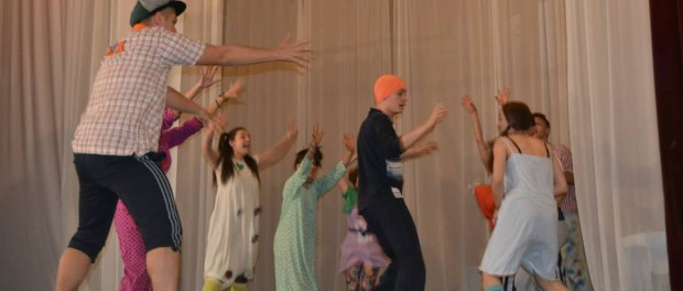 """Piesa """"Oscar și Tanti Roz"""" s-a jucat la Casa de Cultură din Orașul Panciu."""