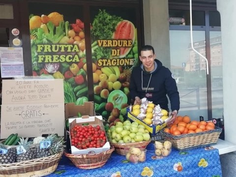 Bergamo, immigrato egiziano regala frutta e verdura