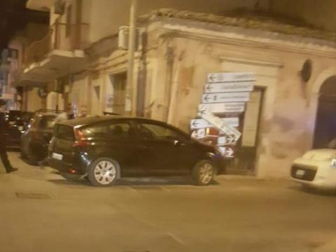 Scoglitti, auto rubata si schianta contro cartelli stradali