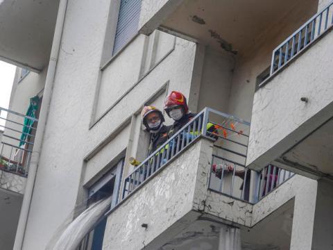 Giù dal terzo piano in fiamme, gravi madre e figlia