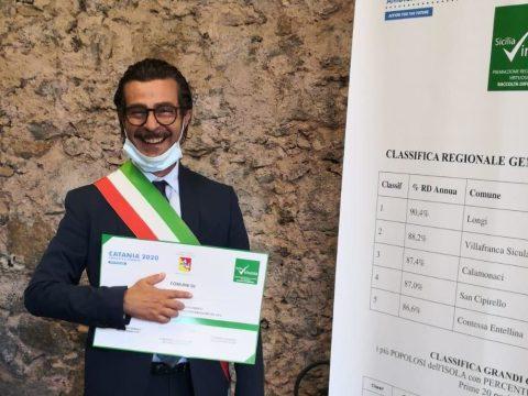 Foto l'assessore Caristia dopo la premiazione