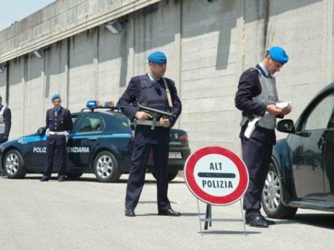 Agrigento, agente di polizia penitenziaria punta pistola contro collega