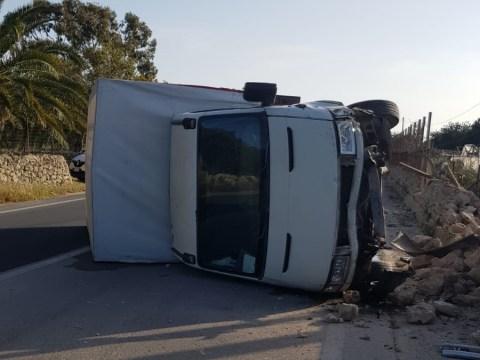 Terribile incidente stradale nel Ragusano: camion fuori controllo invade corsia opposta e si ribalta su un lato.