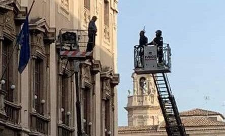 Gente disperata, oggi a Catania minaccia suicidio impiccandosi davanti a tutti lanciando dal suo cestello col cappio al collo.