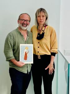 Il prof. Luca Lo Sicco con Elena Scarlata e l'opera Sant'Alberto