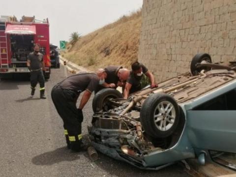 Perde il controllo della propria auto, auto cappotta, soccorsi sul posto. Tre persone erano a bordo del veicolo.