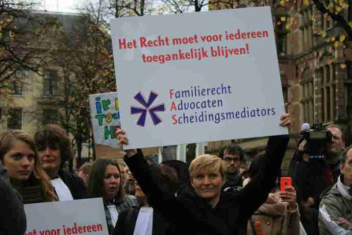 Orde roept advocaten op om te demonstreren tegen bezuinigingen http://www.advocatie.nl/orde-roept-advocaten-op-om-te-demonstreren-tegen-bezuinigingen  Advocaten staken in toga, of in regenpak http://www.parool.nl/parool/nl/4/AMSTERDAM/article/detail/3542854/2013/11/11/Advocaten-staken-in-toga-of-in-regenpak.dhtml  Twentse advocaten demonstreren in Den Haag http://www.tubantia.nl/regio/almelo/twentse-advocaten-demonstreren-in-den-haag-1.4097142 Advocaten protesteren bij Tweede Kamer http://www.telegraaf.nl/binnenland/22057513/__advocaten_protest_kamer__.html ADVOCATEN DEMONSTREREN IN DEN HAAG http://www.rtlxl.nl/#!/zzzz/836acd9c-08c9-4790-89c4-dc67a9a19859