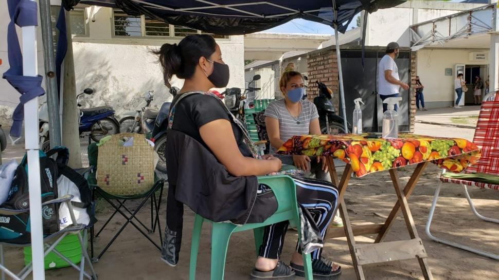 Agentes sanitarios acampan hace un mes en el hospital de Alberdi: piden ser nombradas