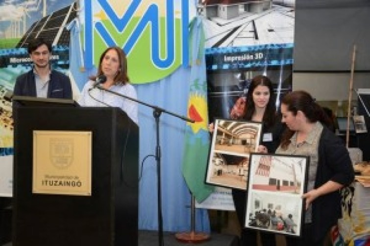 Sandra Rey, la secretaria de Producción de Ituzaingó, inauguró la exposición