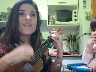 Natalia Maderna, la locutora que grabó la canción junto a su pequeña hija