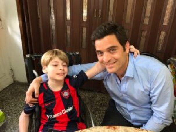 Aunque no lograron conciliar el amor por la misma camiseta, Ramiro y Carrizo confraternizaron motivados por la campaña solidaria que lo llevará al pequeño a Salta para poder caminar.