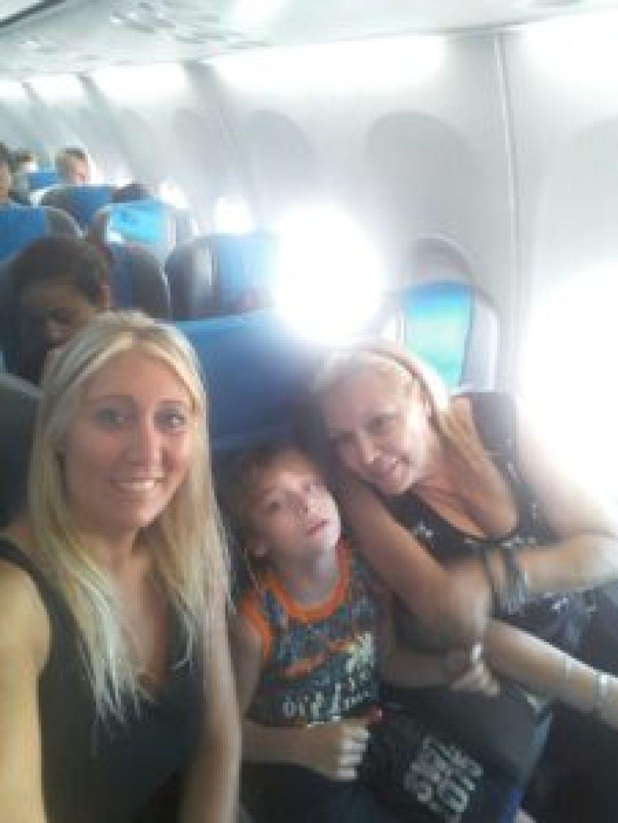 Rodeado por su mamá y su abuela, Rami partió en vuelo hacia Salta colmado de expectativas.