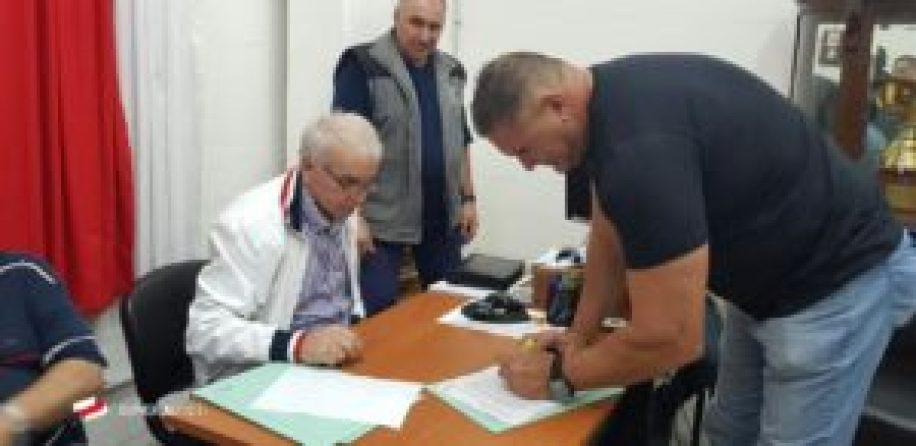 'Cacho' Sialle firmando su contrato