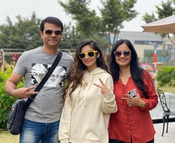 Anushka Sen With Her Father And Mother