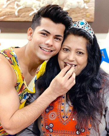 Siddharth Nigam With His Mother