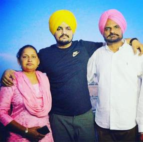 Sidhu Moosewala With His Father And Mother