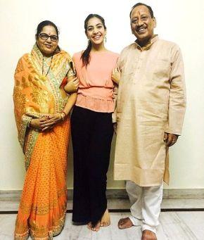 Yogita Bihani With Her Father And Mother