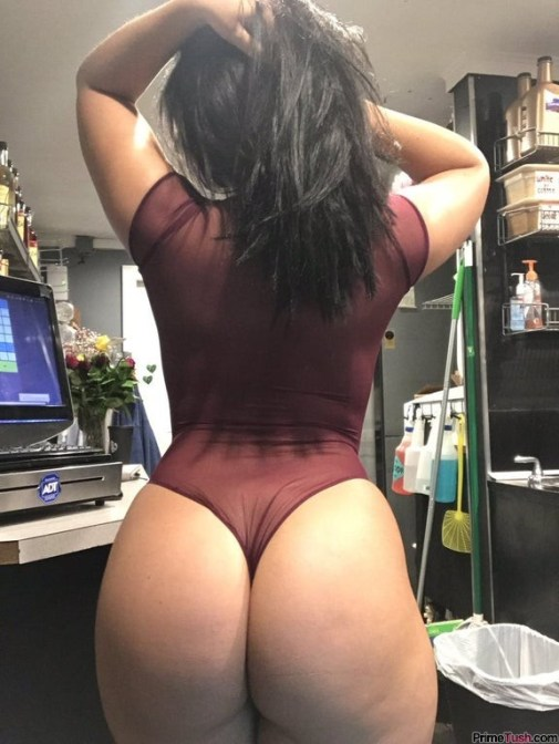 pawg-flashing-booty-at-work