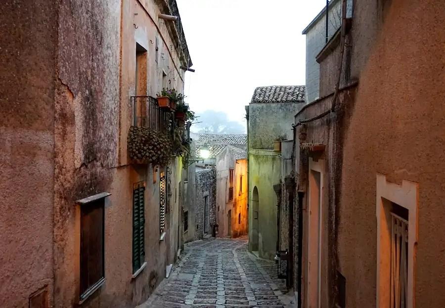 jak tanio podróżować po Sycylii, przewodnik po Sycylii, Sycylia, tanie jedzenie we Włoszech, tanie podróże do Włoch, tanie podróżowanie po Sycylii, tanie podróżowanie Sycylia, zwiedzanie Sycylii, Erice