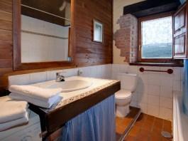 Bañode la casa rural para 4 personas en Camijanes